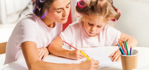 mamá hija aprendiendo enseñando juntas en casa