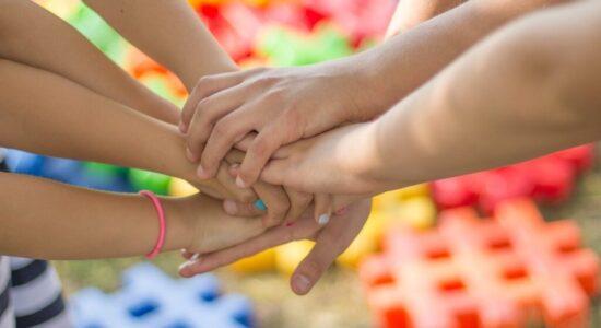 Maneras de ayudar a las personas con deficiencia pediátrica de la hormona del crecimiento